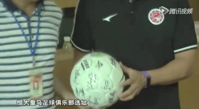 足球名宿彭伟国助力校园足球 义务教授足球课程截图