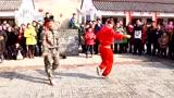 农村广场小伙跳霹雳舞,太牛了!