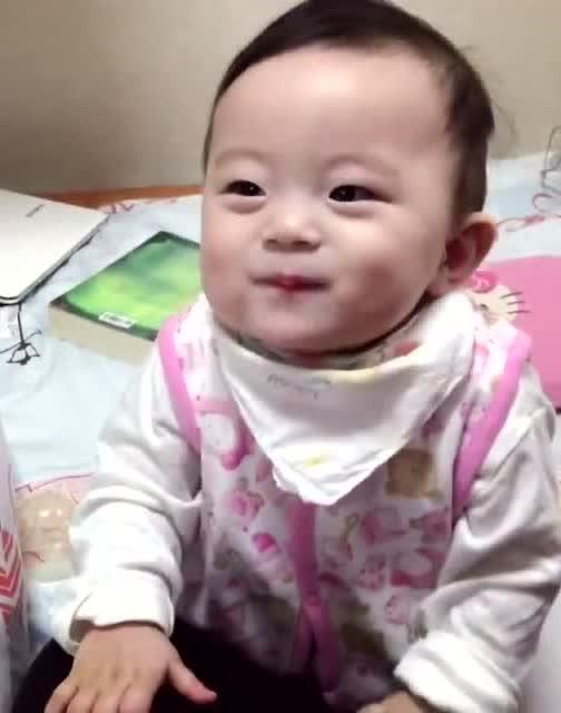 好可爱的小宝宝,妈妈每次叫他名字都以高音回应!