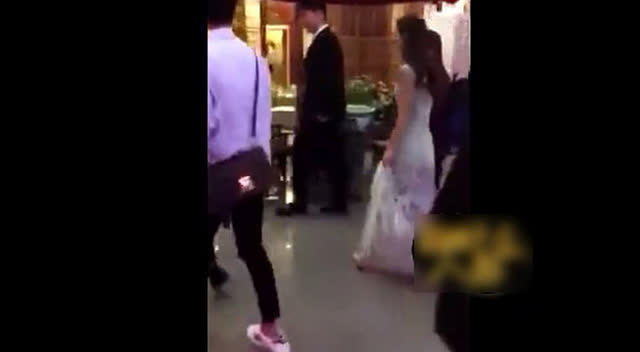 实拍赵丽颖参加亲弟弟婚礼 众人门口迎接很似新娘子图片