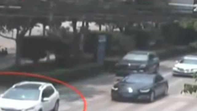 小车刚起步,女子斑马线上不减速闯红灯遭撞飞
