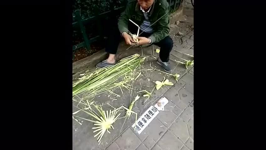 农村男子街头卖竹子编织的小动物,蝴蝶,虾,蚂蚱等