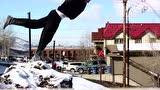视频:达人雪地玩跑酷 感觉全身都装了防滑链