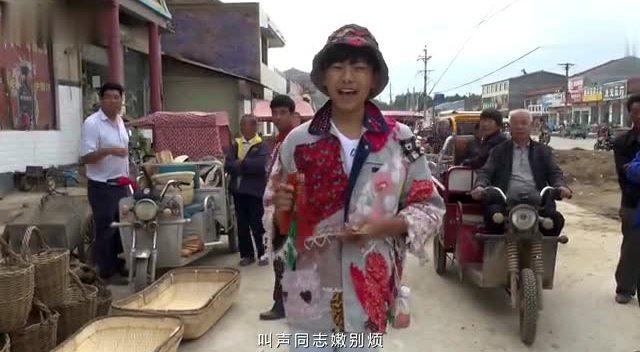 杨晓琼的老婆_莲花落杨晓琼 街头演绎《新东拉西扯》