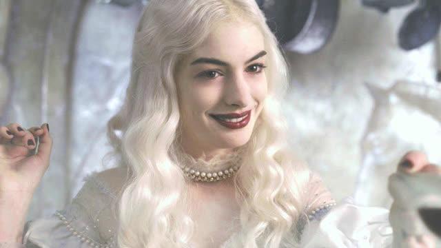 想知道爱丽丝梦游仙境中白皇后安妮·海瑟薇是怎样配置缩小药的吗