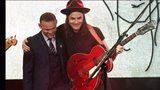 有才!鲁尼出席晚会变麦霸 内维尔化身吉他手头像