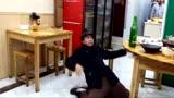 酒鬼在饭店里跳起了霹雳舞,厉害了我的哥