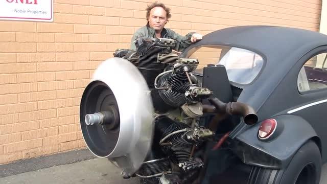 国外男子把飞机发动机改装到汽车上
