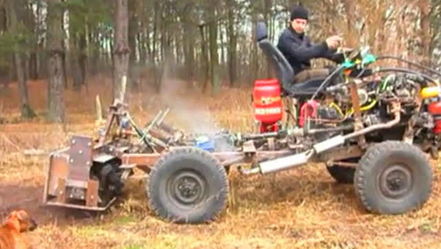 农村小伙自制拖拉机,液压悬挂旋耕机!图片