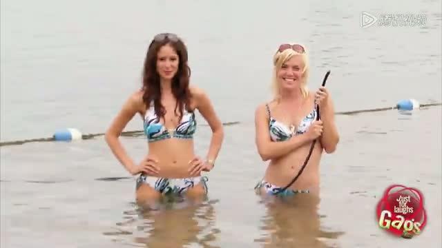 比基尼美女整人大作战!水里放屁超尴尬