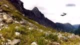 视频:战斗民族翼装飞行穿崇山峻岭 领略美景