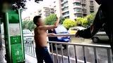 视频:醉酒大叔组合拳打木桩 冒雨大跳钢管舞