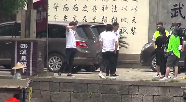 张艺兴南京机场遭围堵晒酒店柜子安慰自拍有粉丝里情趣内衣女朋友图片