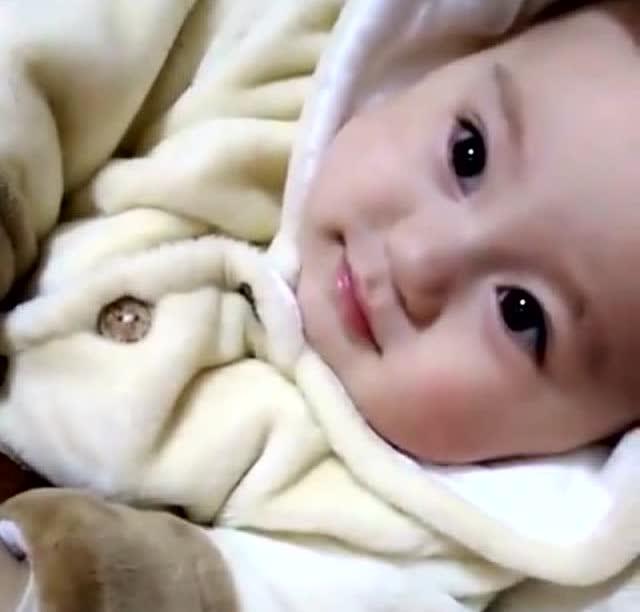 宝宝睁着大眼睛看妈妈,突然间笑的那一下,心都要被萌化了