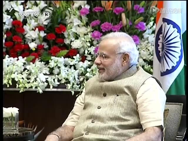 习近平与印度总理共摇甘地曾用纺车截图