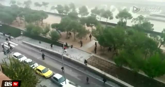 西班牙球迷斗殴被扔河中溺死抢救无效截图