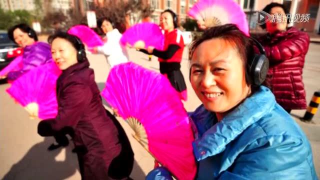 郑州大妈戴耳机跳广场舞被指诡异截图