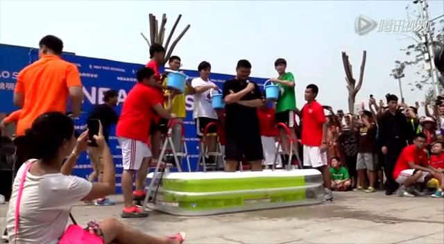 姚明接受ALS冰桶挑战 冰水浇下不浪费截图