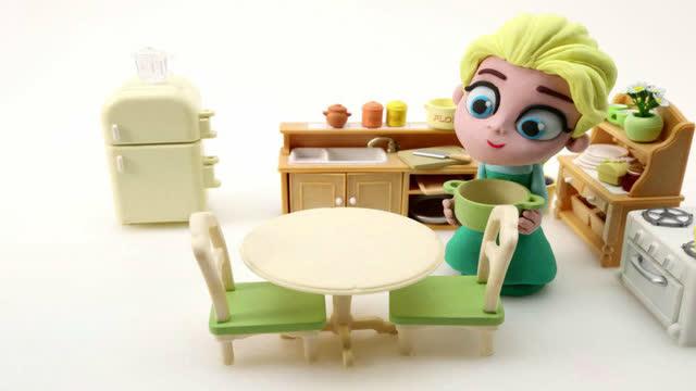 艾尔莎公主挤牛奶做蛋糕!过家家橡皮泥动画片!