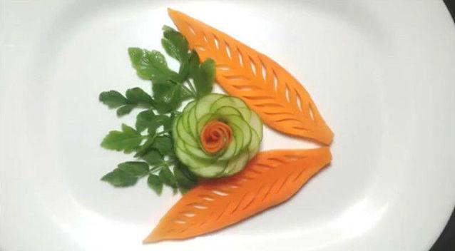 简单地把胡萝卜雕刻成花