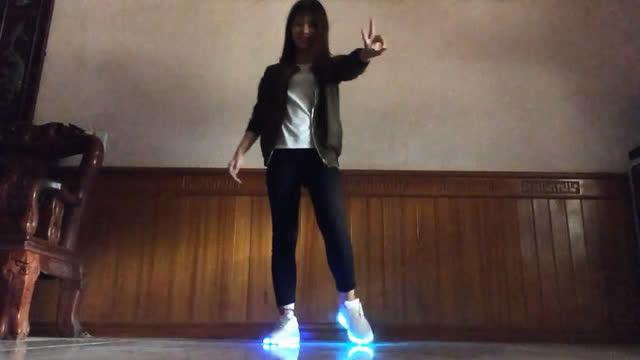 越南女生跳《seve》小步鬼步舞,鞋子很亮眼哦!