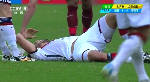【伤退】胡梅尔斯与对手争顶 落地不甚膝盖摔伤截图