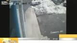 监控拍下屋顶雪崩击中女孩意外一幕