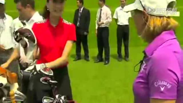 美女超模打高尔夫也性感 高球皇后细心指点截图