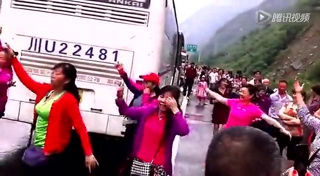 高速路堵车 大妈们跳起来广场舞截图