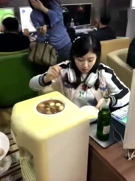 用饮水机吃火锅,笑坏后面的妹子 - 搞笑 - 3023视频