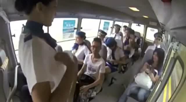 空姐巴士恶搞 集体脱内衣 看痴乘客