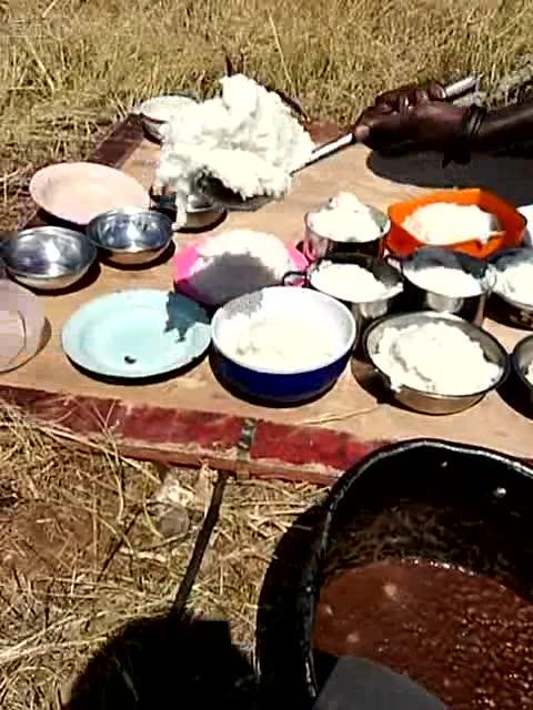 非洲当地黑人贫穷吃饭成难题,但在中国队伍干活的黑人图片