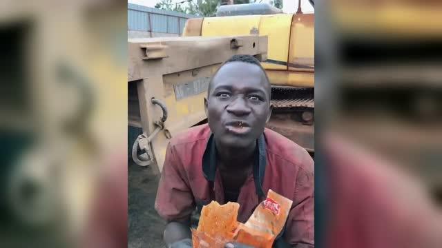 非洲人吃辣条那表情简直了图片