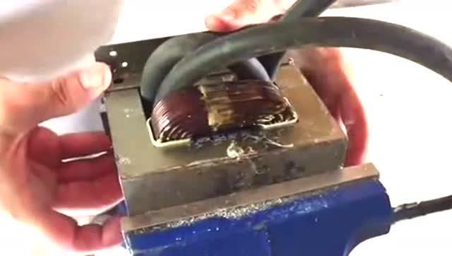 男子用微波炉变压器,做成大电流电焊机