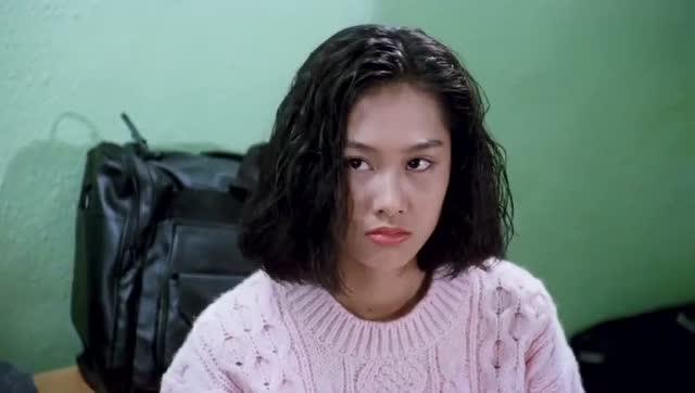 周星驰电影:《逃学威龙2》女神朱茵看星爷的表情好害羞啊图片