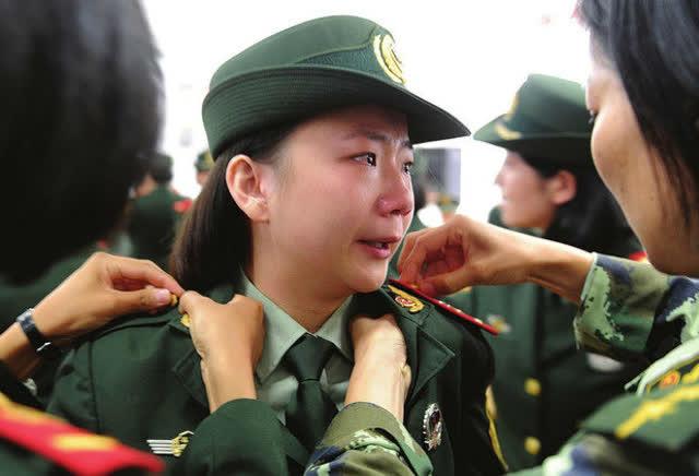 退伍军人征服女上�_退伍兵:班长最后的敬礼,终于让这位女军人泪奔了!