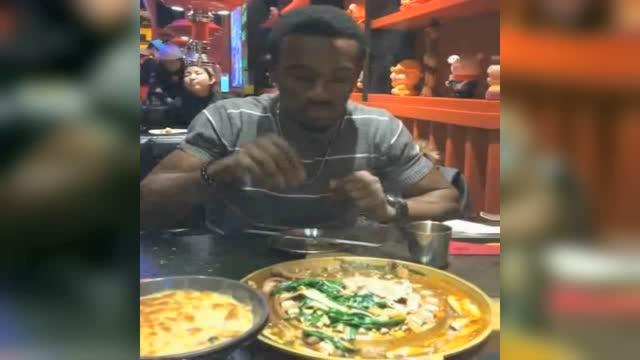 黑人小哥到中国吃火锅 不会筷子竟用手抓 表情太萌了图片