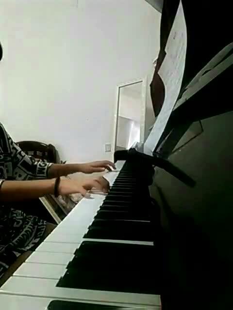 钢琴版《平凡之路》图片