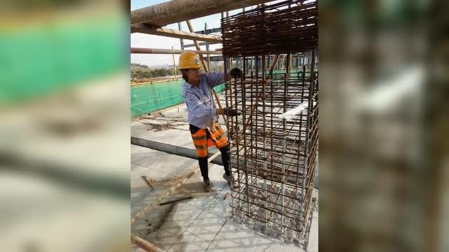 建筑工地女钢筋工绑扎大柱子