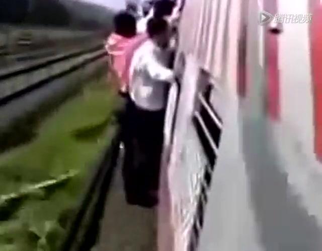 火车票一票难求车窗外坐车