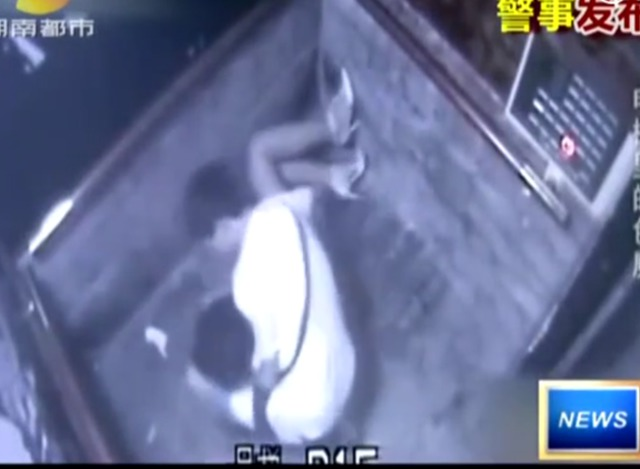 掀���9�#��'_监拍女子电梯内遭男子掀裙侵犯