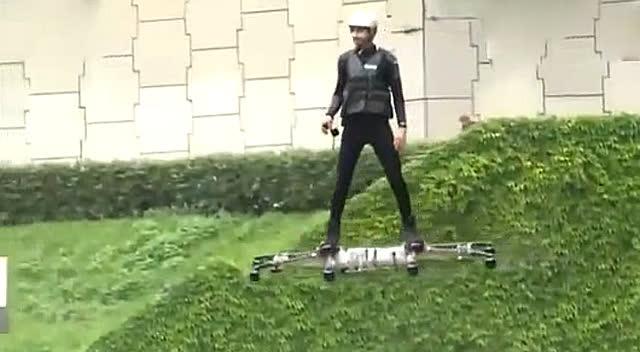 男子根据无人机原理自制载人飞行器 居然首飞成功图片
