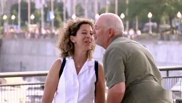 老头安检美女_搞笑整蛊 坏老头街头骗美女kiss