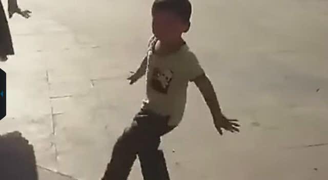 小男孩跟随奶奶跳广场舞 姿势惹人