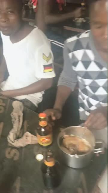 非洲人终于不说用手吃饭了, 网友 看来他们是已经进化图片