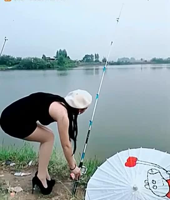 美女这样的钓鱼,太诱人了,蛮认真的