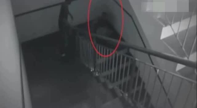 监视器实拍诡异事件 两名男子被鬼影攻击