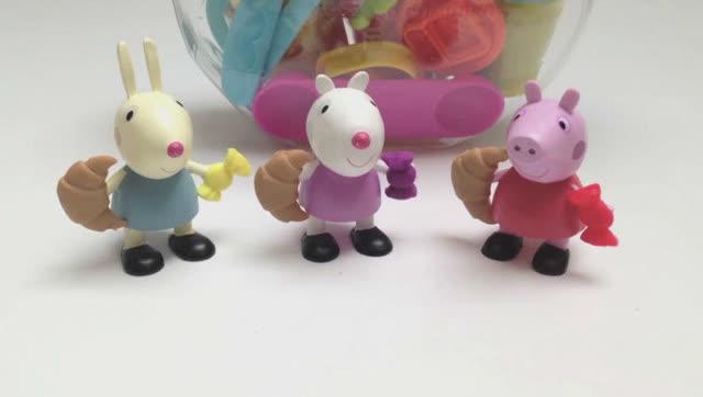 粉红猪小妹和小兔子过家家吃橡皮泥点心