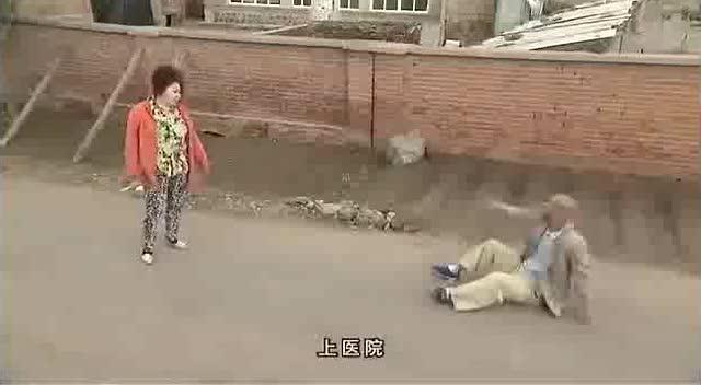 搞笑:太有趣了,老汉与村口寡妇骂架!