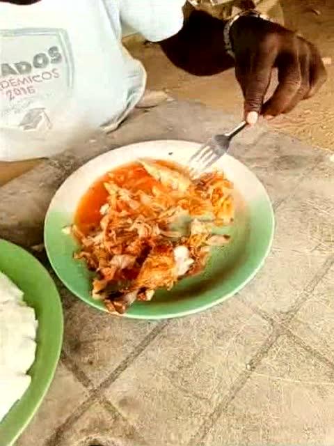 谁说非洲人只会用手抓饭吃!图片